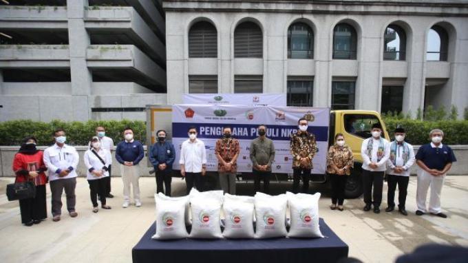 Pengusaha Peduli NKRI bersama Yayasan Buddha Tzu Chi Indonesia mendonasikan 35.000 ton beras bagi 7 juta kepala keluarga terdampak pandemi virus corona atau Covid-19.