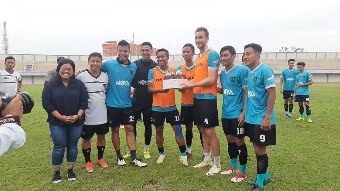 Yetta Angelina (kiri) saat merayakan pemain yang berulang tahun di Januari di Stadion Sport Center, Tangerang