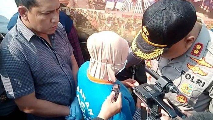 YN (20), warga Takokak, Cianjur, Jawa Barat (tengah) menceritakan tindakan kejinya membunuh NR (3 bulan), bayinya sendiri dengan cara dibiarkan tenggelam di bak mandi.(KOMPAS.COM/FIRMAN TAUFIQURRAHMAN)