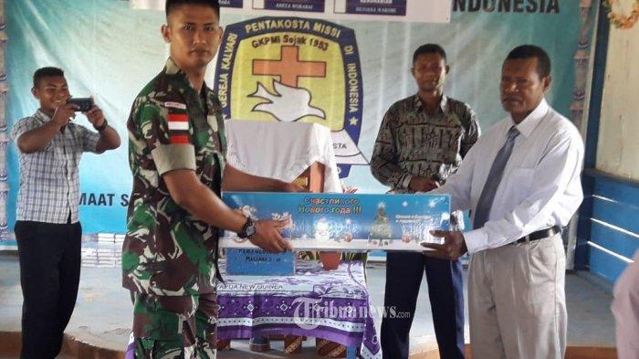 Sambut Natal, Satgas Pamtas Yonif PR 328/DGH Berikan Alkitab Kepada GKI Pentakosta Misi Indonesia