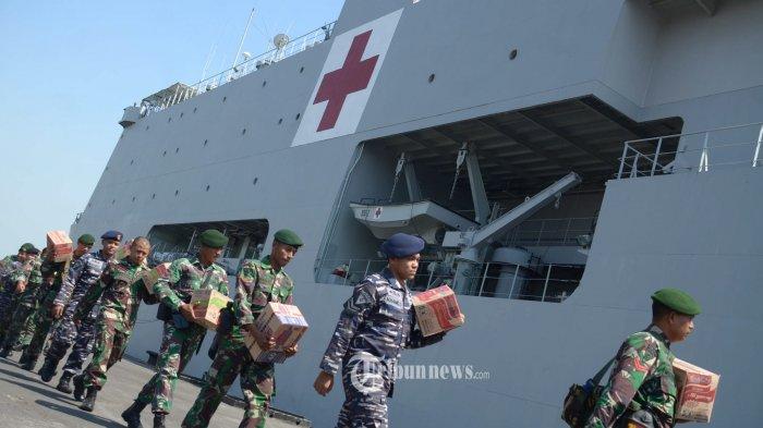 BERANGKAT KE LOMBOK - Prajurit Yonzipur (Batalyon Zeni Tempur) 10 Divisi II Kostrad dan TNI AL membawa bantuan yang akan dikirim ke Lombok, NTB dengan KRI dr Soeharso-990 saat akan berangkat dari Dermaga Madura, Ujung, Koarmada II, Senin (6/8). Dua kapal TNI Angkatan Laut (AL) dan pasukan TNI Angkatan Darat (AD) berangkat ke Lombok, NTB. Dua kapal itu adalah KRI dr Soeharso-990 dan KRI Karel Satsuitubun-356. Dua kapal membawa serta Satgas Pasukan Reaksi Cepat Penanggulangan Bencana (PCRPB) TNI beserta bantuan logistik seperti Sarden, Air Mineral, Roti dan Mie Instan  beserta alat-alat berat. Seperti Dumptruck, Crane Cargo, Selfloader, Backhoe Loader, Exca PC 70, Ran penjernih air, Forklift, Lighting tower, dan alat bantu keselamatan lainnya. SURYA/AHMAD ZAIMUL HAQ