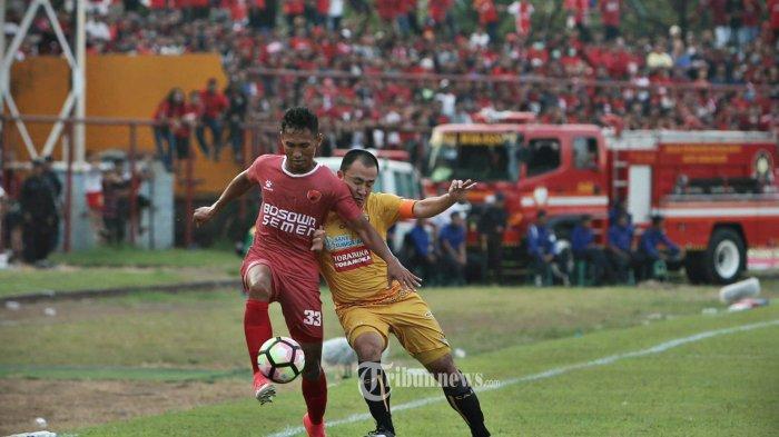 Pesepak bola Sriwijaya FC Yoo Hyun Koo (kanan) menempel ketat pergerakan Pesepak bola PSM Makassar Zulkifli Syukur (kiri) dalam lanjutan Gojek Traveloka Liga 1 di Stadion Andi Mattalatta, Makassar, Sulawesi Selatan, Minggu (21/5). PSM Makassar menang saat menjamu Sriwijaya FC 1-0 dan tetap kokoh di puncak klasmen. tribun timur/muhammad abdiwan