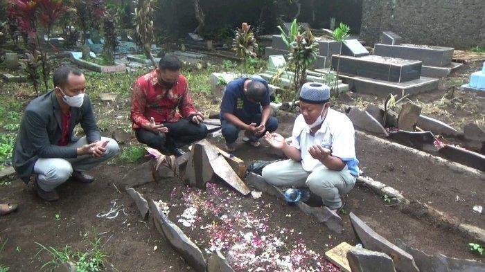 Yosef saat mendatangi makam Tuti Suhartini (55) dan Amalia Mustika Ratu (23) di TPU Istuning, Desa Jalancagak, Kabupaten Subang, Jumat (8/10/2021) sore.