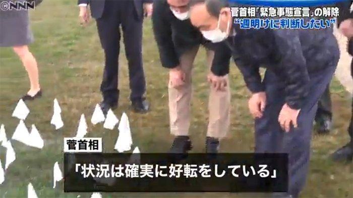 PM Jepang Yoshihide Suga berdoa di taman dekat lokasi korban tewas akibat serangan teroris 11 September 2001 di Washington.
