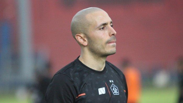 Pemain asing Persik Kediri, Youssef Ezzejjari saat melakukan latihan di Stadion Brawijaya Kediri Senin (21/6/2021).