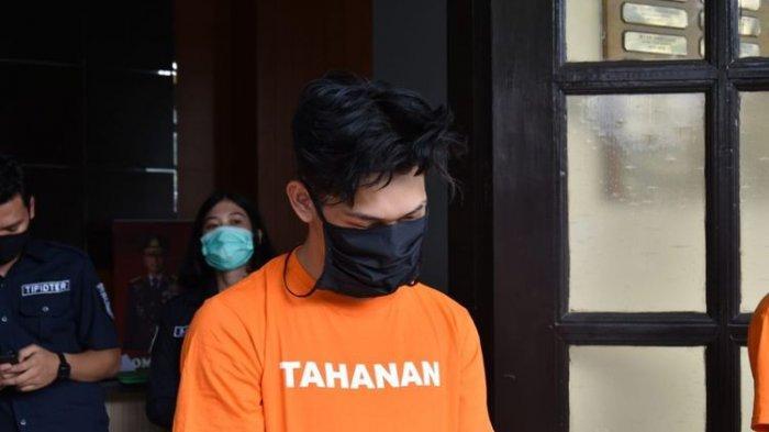 YouTuber Ferdian Paleka saat berada di Mapolrestabes Bandung, Jumat (8/5/2020).