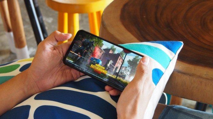 Ilustrasi bermain game mobile