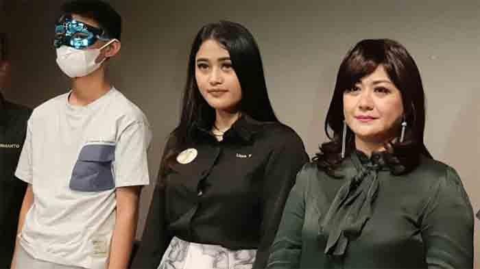 (Kanan ke kiri) Yuyun Sukawati, Lissa V pengacara Yuyun, dan H anak Yuyun Sukawati dalam jumpa pers di kawasan Menteng, Jakarta Pusat, Selasa (6/4/2021).