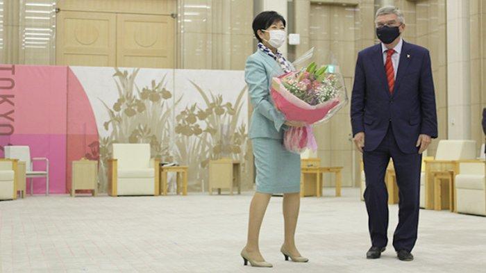 Penyusup Tiba-tiba Berteriak Usai Ketua IOC Bach Berikan Karangan Bunga ke Gubernur Tokyo Jepang