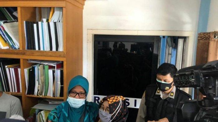 Lemas Karena Sedih, Yusri Harus Dibopong Saat Akan Tes DNA, 5 Keluarganya Jadi Korban Sriwijaya Air