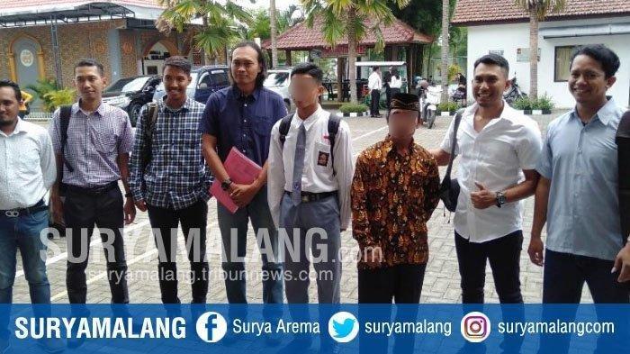 ZA (17) seusai menjalani sidang perdana kasus pembunuhan begal di Kabupaten Malang.