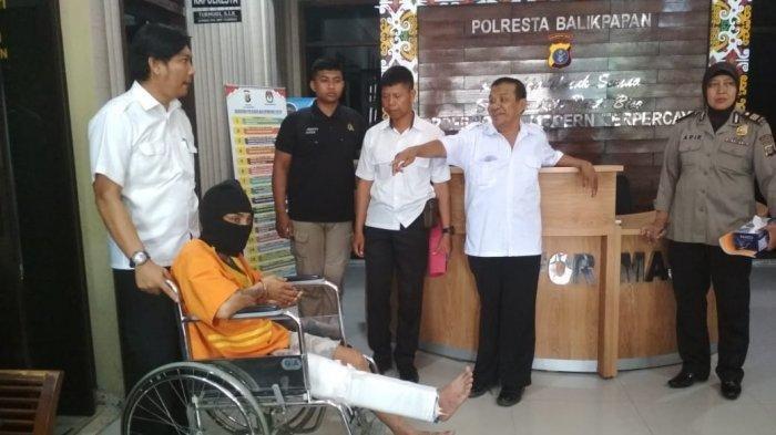 Zahiruddin (33), tersangka penikaman janda, ditangkap polisi. Seorang janda berinisial NR (33), warga Kelurahan Damai, Balikpapan, Kalimantan Timur, tewas mengenaskan setelah ditikam pisau oleh kekasihnya sendiri, Zahiruddin.