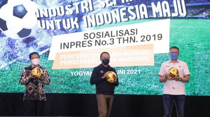 Menpora Zainudin Amali bersama dengan Wakil Ketua Umum PSSI Iwan Budianto saat mensosialisasikan Inpres No 3 Tahun 2019 di Yogyakarta, Jumat (11/6/2021).