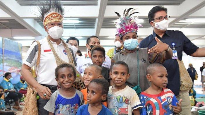 Menpora Berhasil Memenangkan Lelang Kopi Tiom di Pasar Mama Mama Papua