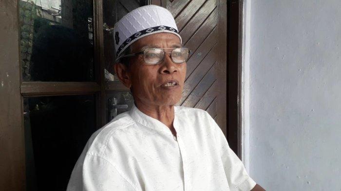 Zakaria (68), Ketua RT 02/06, Kampung Padurenan, Kelurahan Pabuaran, Kecamatan Cibinong, Kabupaten Bogor, Jawa Barat