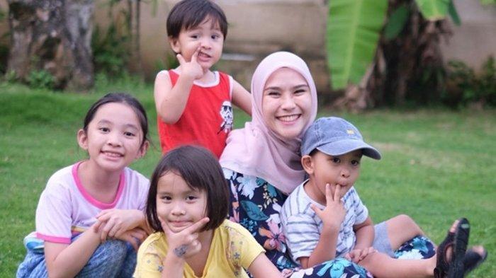 Zaskia Mecca dan keempat anaknya
