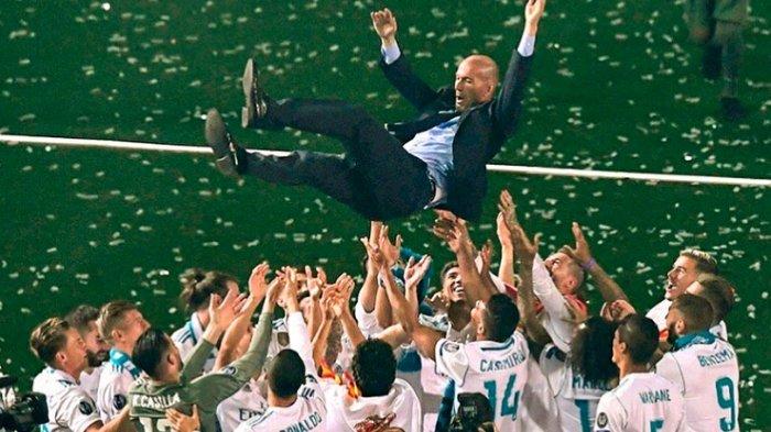 Zinedine Zidane mempersembahkan trofi Liga Champions 3 kali beruntun untuk Real Madrid