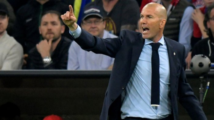 Ekspresi pelatih Real Madrid, Zinedine Zidane, pada laga leg pertama semifinal Liga Champions melawan Bayern Muenchen di Allianz Arena, Rabu (25/4/2018) waktu setempat