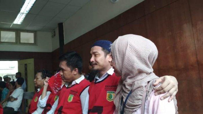 Zivilia saat merangkul istrinya, Retno Paradina di ruang sidang Pengadilan Negeri Jakarta Utara