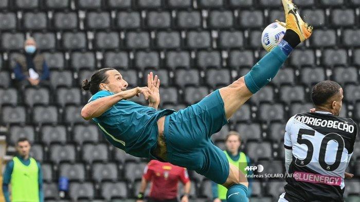 Pemain depan AC Milan asal Swedia Zlatan Ibrahimovic (tengah) menembak dan mencetak gol selama pertandingan sepak bola Serie A Italia antara Udinese dan AC Milan di Stadion Friuli, alias