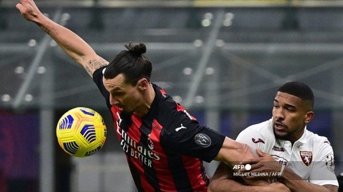 Bek Torino asal Brazil, Bremer (kanan) menahan penyerang Swedia AC Milan Zlatan Ibrahimovic selama babak 16 besar Piala Italia (Coppa Italia) dari pertandingan sepak bola AC Milan vs Torino pada 12 Januari 2021 di stadion San Siro di Milan. MIGUEL MEDINA / AFP