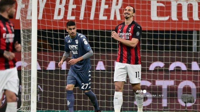 Penyerang Swedia AC Milan Zlatan Ibrahimovic mendongak selama pertandingan sepak bola Serie A Italia antara AC Milan dan Benevento di Stadion San Siro di Milan pada 1 Mei 2021. MIGUEL MEDINA / AFP