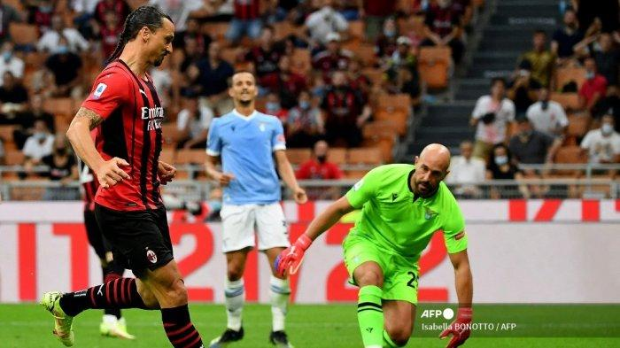 Penyerang AC Milan asal Swedia Zlatan Ibrahimovic menembak untuk mencetak gol kedua timnya selama pertandingan sepak bola Serie A Italia antara AC Milan dan Lazio di Stadion San Siro di Milan, pada 12 September 2021.