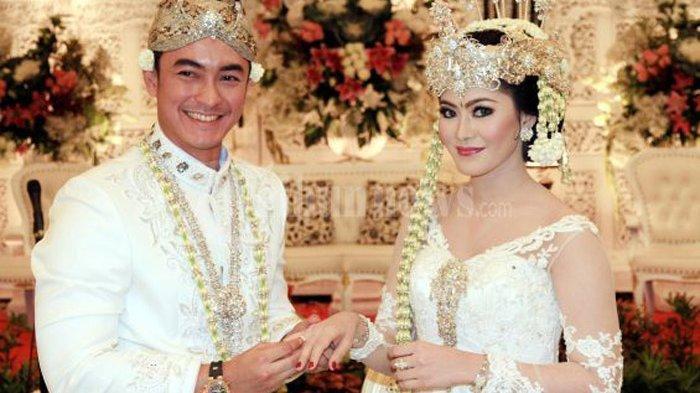 Zumi Zola resmi mempersunting Sherrin Tharia dengan prosesi akad nikah di gedung Puri Ratna, Hotel Sahid Jaya Jakarta Pusat,  Jumat (16/03/2012).