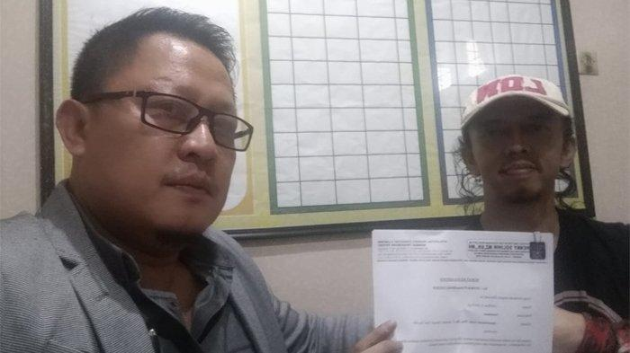 Zulfikar pemeran Jamal di Preman Pensiun sedang diperiksa di Satnarkoba Polrestabes Bandung bersama pengacaranya, Hengky Solihin sambil menunjukkan surat kuasa.
