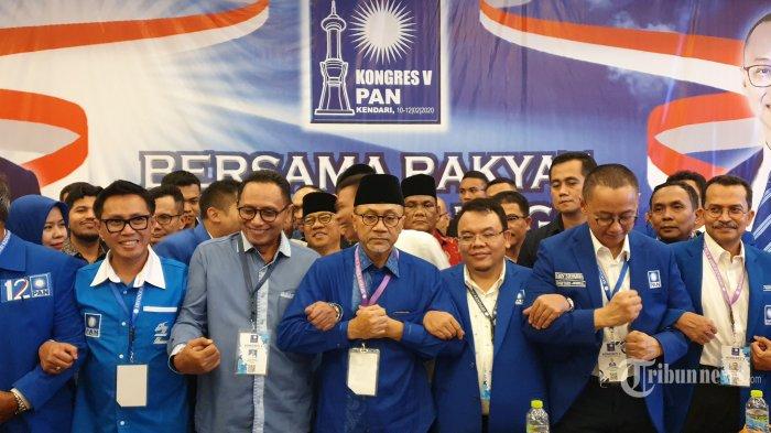 Zulkifli Hasan (ketiga kiri) usai terpilih sebagai Ketua Umum Partai Amanat Nasional (PAN) periode 2020-2025 dalam Kongres V PAN di Hotel Claro, Kota Kendari, Sulawesi Tenggara, Selasa (11/2/2020). Zulkifli Hasan terpilih lagi sebagai Ketum PAN setelah mendapatkan 331 suara mengungguli calon lainnya, Mulfachri Harahap dan Dradjad Wibowo. Tribunnews/Dennis Destryawan
