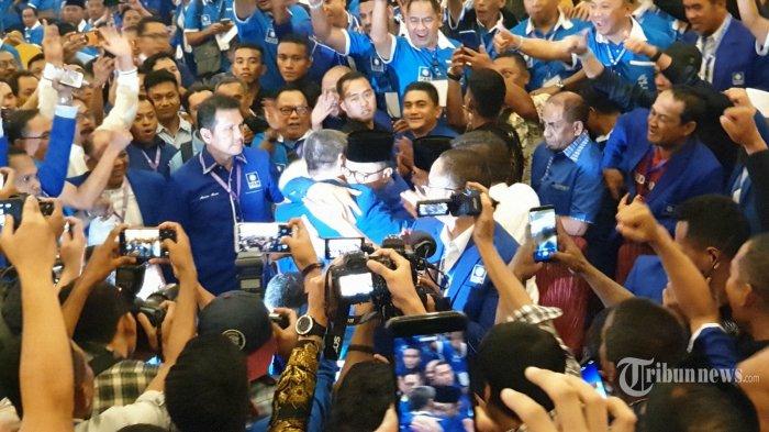 Zulkifli Hasan (tengah) berpelukan dengan kandidat lainnya usai terpilih sebagai Ketua Umum Partai Amanat Nasional (PAN) periode 2020-2025 dalam Kongres V PAN di Hotel Claro, Kota Kendari, Sulawesi Tenggara, Selasa (11/2/2020). Zulkifli Hasan terpilih lagi sebagai Ketum PAN setelah mendapatkan 331 suara mengungguli calon lainnya, Mulfachri Harahap dan Dradjad Wibowo. Tribunnews/Dennis Destryawan