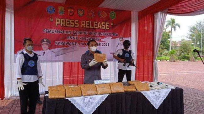 Dua Karung Ganja Lewat Jalur Laut Digagalkan BNNK Karawang, Mampu Selamatkan 26 Ribu Jiwa
