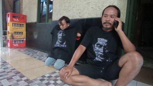Kuli Bangunan di Cirebon Rela Nyebur ke Saluran Air Ambil Kaos Jokowi