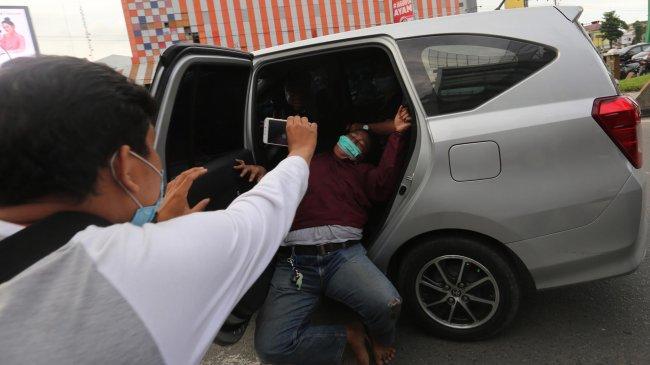 Aksi Tolak UU Omnibus Law Cipta Kerja di Medan Berakhir Ricuh