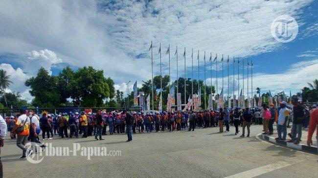 Warga Mulai Padati Pintu Masuk Stadion Utama Lukas Enembe Jelang Pembukaan PON XX Papua