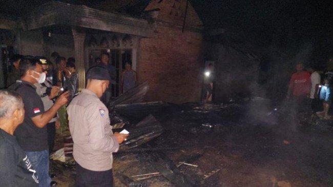Pria di Jambi Histeris Lihat Rumahnya Hangus Dibakar oleh Anaknya