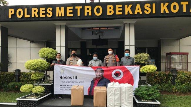 Aggota DPRD Jabar Waras Wasisto Serahkan Bantuan Ribuan APD Ke Polres Metro Bekasi Kota