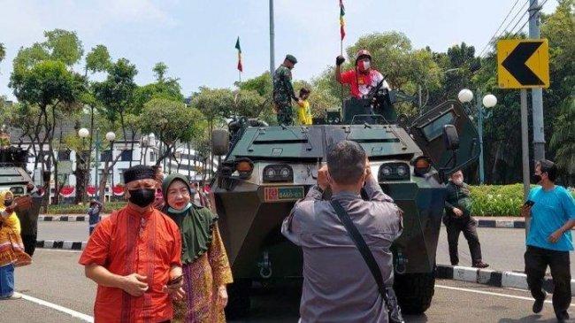 Warga Antusias Datangi Pameran Alutsista di Depan Istana Presiden