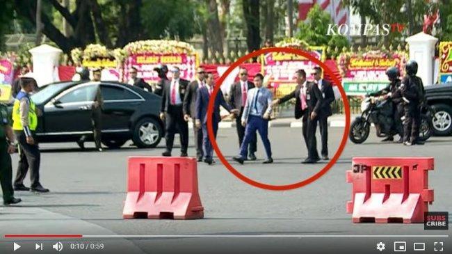 VIRAL VIDEO: Detik-detik Baju Gibran Rakabuming Ditarik Paspampres, Ini Reaksi Jokowi