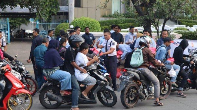 Pegawai Bank Mandiri Bagi-bagi Ratusan Takjil ke Warga Sekitar Tanjung Priok