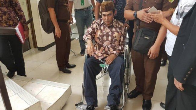 Sempat Terserang Stroke, Gatot Brajamusti Pakai Kursi Roda ke Pengadilan