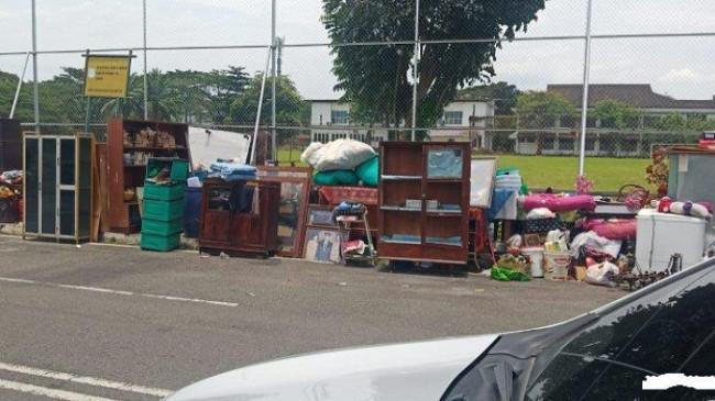 Keluarga Almarhum Surman Manik Pasrah Saat Barang-barang di Dalam Rumah Dinas USU Dikeluarkan Paksa