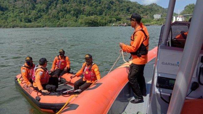Kapal Pengayoman Terbalik Saat Hendak Menyeberang ke Pantai SodongCilacap