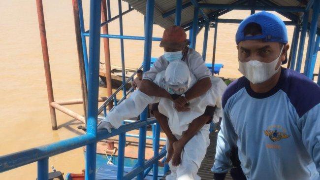 Bhabinkamtibmas di Riau Gendong Pasien Suspek Covid-19 hingga Harus Menyebrang Sungai