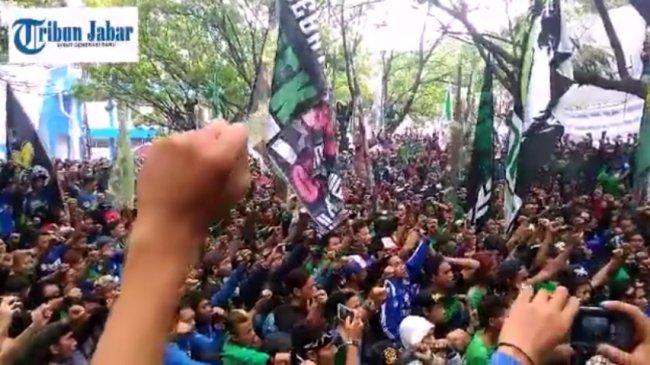 Bonek Rayakan Kembalinya Persebaya Surabaya
