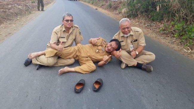 Jalan Mulus, Warga Plorengan Banjarnegara Bentangkan Spanduk Dukung Budhi Sarwono yang Ditahan KPK