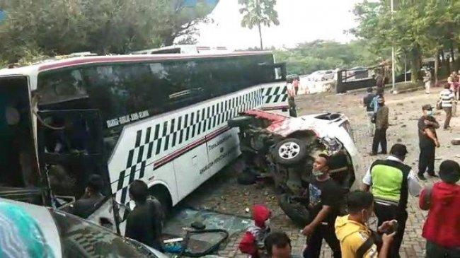 Rem Blong, Bus Tabrak 4 Mobil yang Terparkir di Dekat Gerbang Tol Sentul Barat