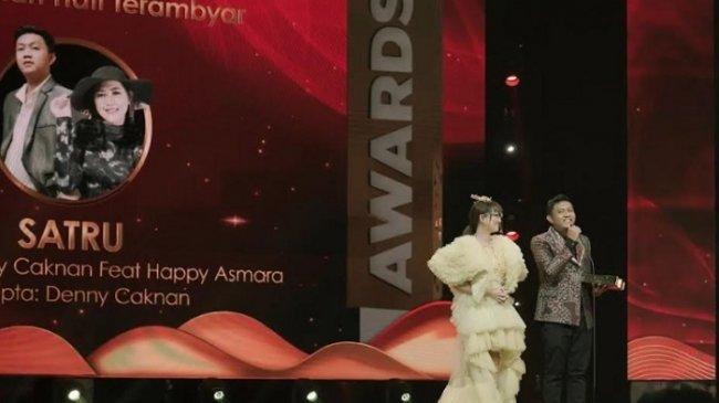 Duet Denny Caknan dan Happy Asmara Sabet Piala di Ambyar Awards 2021