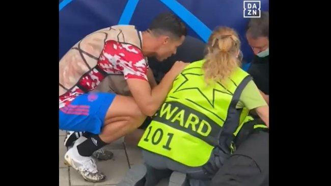 Cristiano Ronaldo Hadiahi Jersey kepada Petugas Lapangan Wanita, Buntut Korban Tendangan Kerasnya