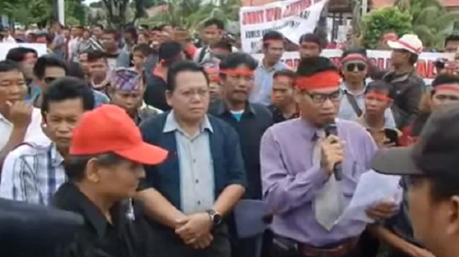 Kecewa Hasil Pilgub, Ratusan Massa Demo ke KPU dan Kantor Gubernur Kalteng